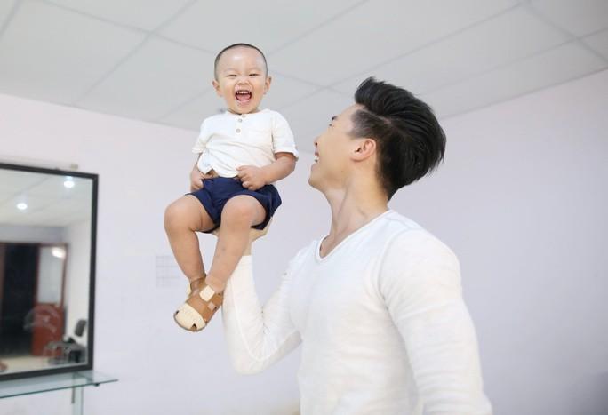 Tranh cãi việc Quốc Nghiệp cho con trai 2 tuổi làm xiếc nguy hiểm - Ảnh 1.