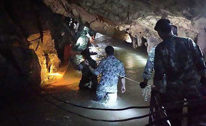 Thợ lặn bị nước xé toạc mặt nạ ở cửa hang Tham Luang  - Ảnh 2.