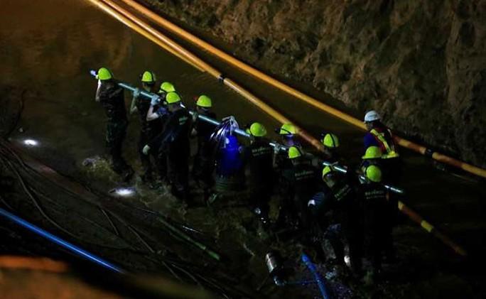 Thợ lặn bị nước xé toạc mặt nạ ở cửa hang Tham Luang  - Ảnh 3.