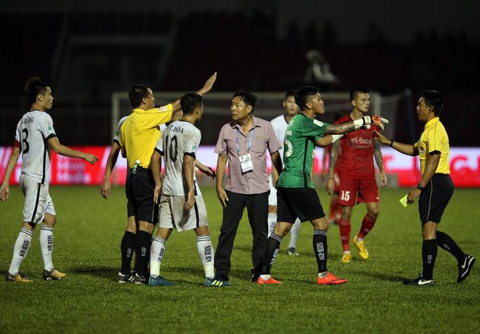 BHL SHB Đà Nẵng vào sân phản ứng trọng tài - Ảnh 8.