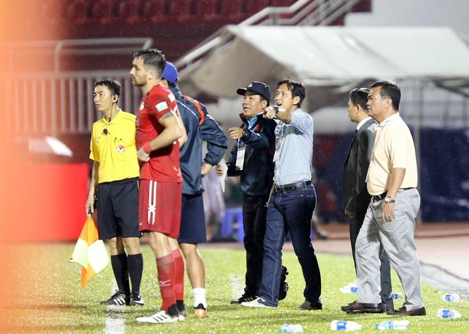 BHL SHB Đà Nẵng vào sân phản ứng trọng tài - Ảnh 1.