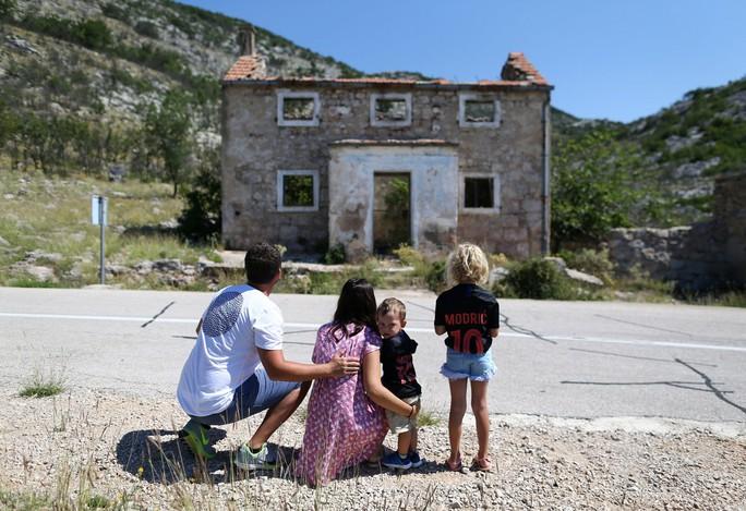 Thăm nhà cũ của Modric, Subasic - Ảnh 3.
