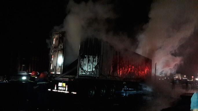 Sau tiếng nổ lớn, xe container cháy dữ dội, tài xế mở cửa lao ra ngoài - Ảnh 2.