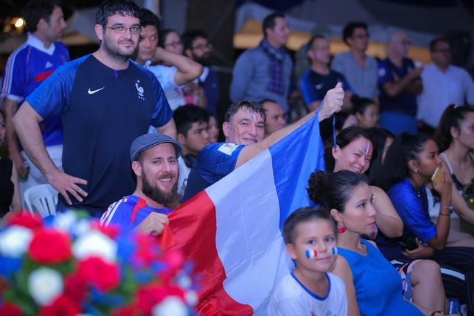 Pháp vô địch World Cup, CĐV Pháp tại TP HCM vỡ òa hạnh phúc - Ảnh 1.