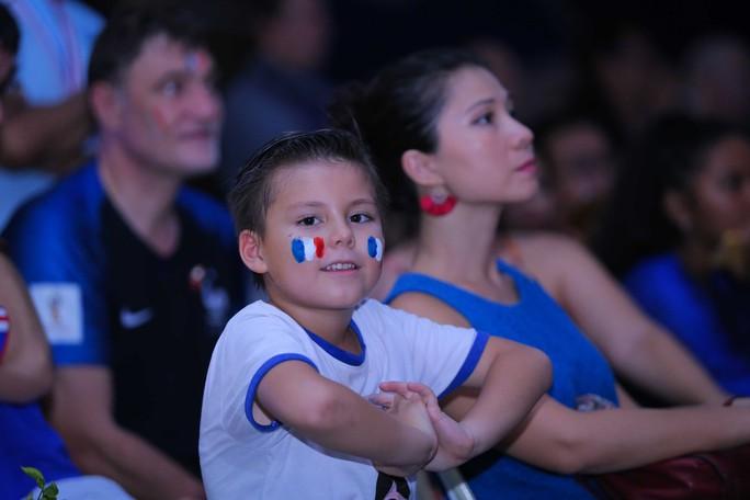 Pháp vô địch World Cup, CĐV Pháp tại TP HCM vỡ òa hạnh phúc - Ảnh 3.