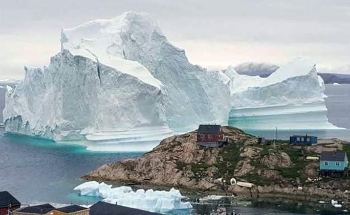 Băng trôi 11 triệu tấn ghé chơi, cả ngôi làng ở Greenland nín thở - Ảnh 1.
