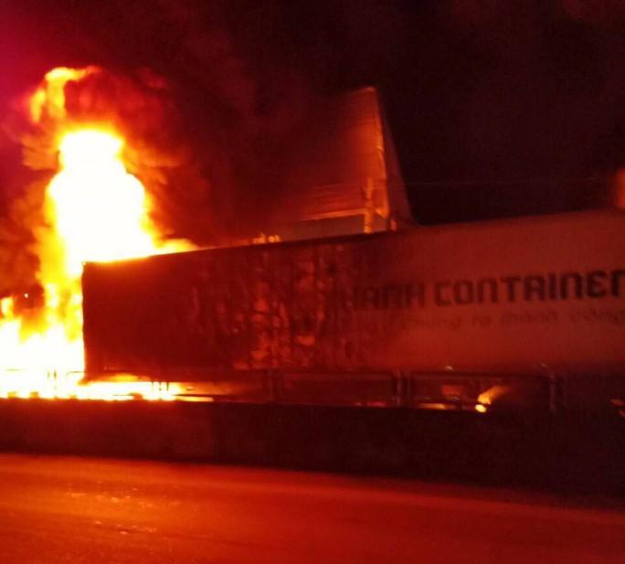 Sau tiếng nổ lớn, xe container cháy dữ dội, tài xế mở cửa lao ra ngoài - Ảnh 1.