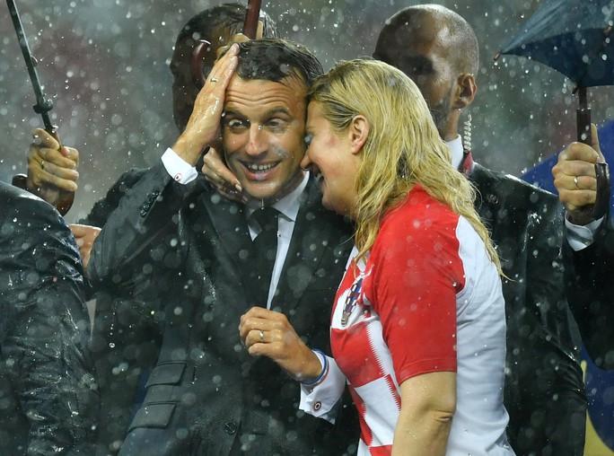 Xúc động cảnh Tổng thống Pháp an ủi 2 con Modric  - Ảnh 1.