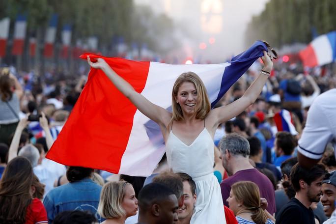 Dân Pháp ăn mừng sáng đêm vì ngôi vương World Cup - Ảnh 8.