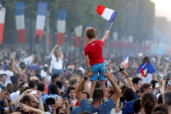 Dân Pháp ăn mừng sáng đêm vì ngôi vương World Cup - Ảnh 6.