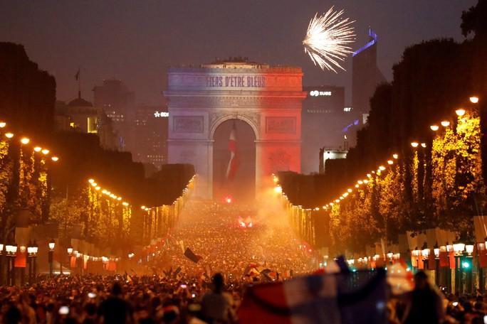 Dân Pháp ăn mừng sáng đêm vì ngôi vương World Cup - Ảnh 5.