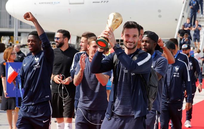 CĐV Pháp, Croatia chào đón những người hùng - Ảnh 1.