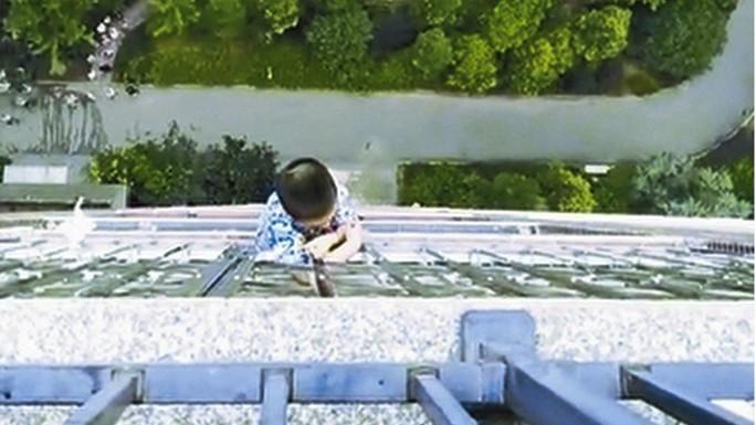 Bé 5 tuổi sống sót kỳ diệu sau khi rơi từ tầng 20 - Ảnh 1.