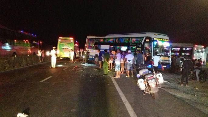 2 xe khách 1 lùi 1 tiến húc nhau trong đêm, 2 người chết - Ảnh 1.