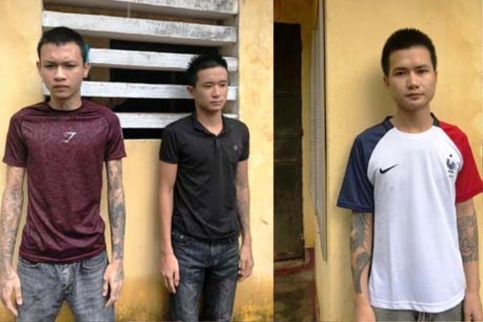 Người dân truy bắt 3 tên côn đồ xăm trổ nổ súng bắn người - Ảnh 1.