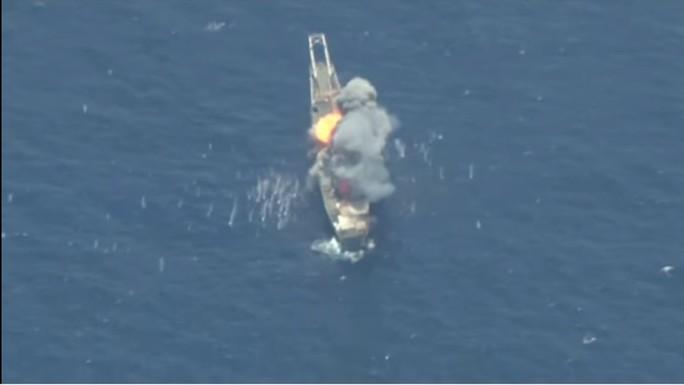 Mỹ và đồng minh nã tên lửa đánh chìm tàu đổ bộ trước mũi Trung Quốc - Ảnh 1.