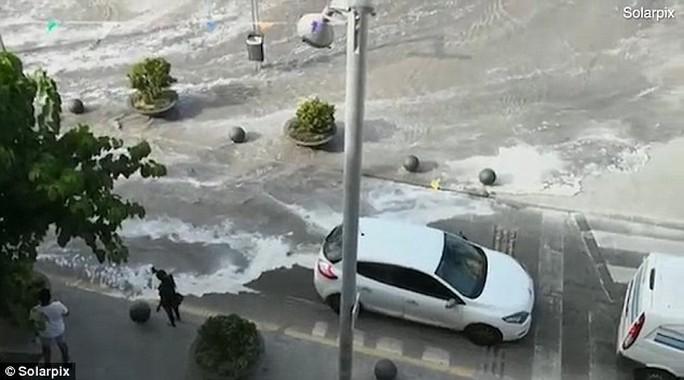 Sóng thần ập vào nhiều bãi biển Tây Ban Nha - Ảnh 3.