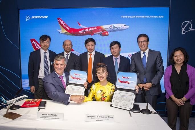CEO Vietjet Nguyễn Thị Phương Thảo ký hợp đồng mua 100 máy bay Boeing - Ảnh 2.