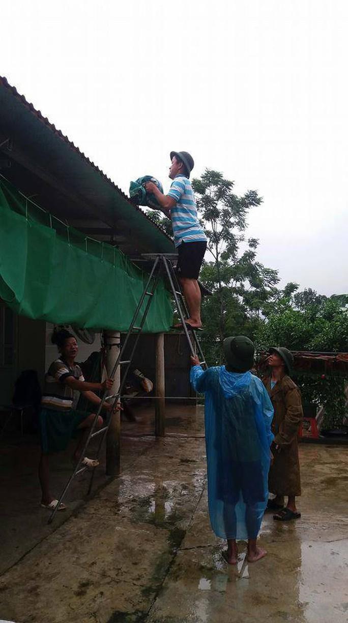 Hơn 2.000 thanh niên giúp dân di dời đồ đạc tránh bão Sơn Tinh - Ảnh 7.