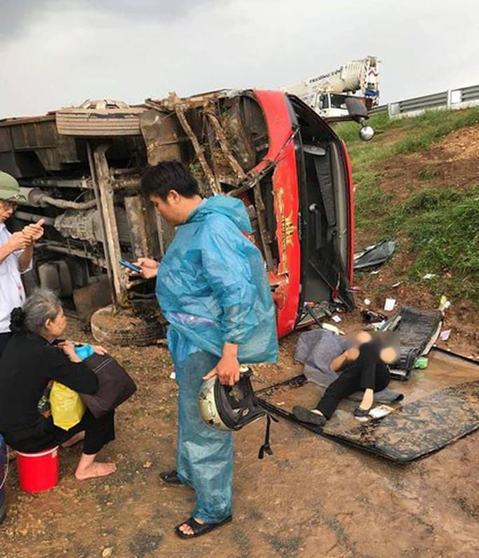 Hành khách hoảng sợ khi xe khách lao khỏi đường cao tốc, lật nghiêng - Ảnh 1.