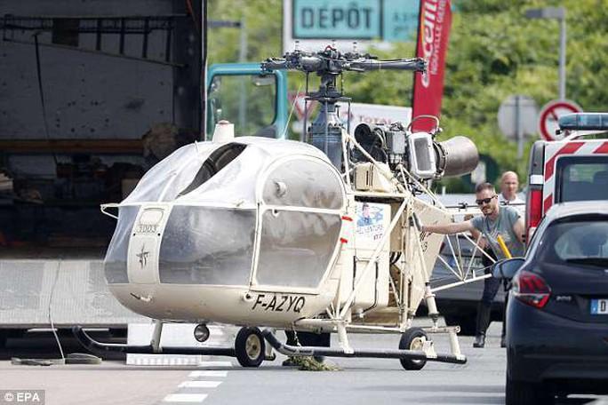 Cưỡi trực thăng, chĩa súng trường, ném bom khói cướp ngục như phim - Ảnh 3.