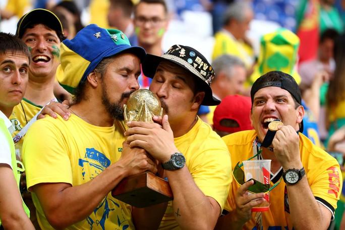 Brazil - Mexico 2-0: CĐV 2 đội đều khóc - Ảnh 9.