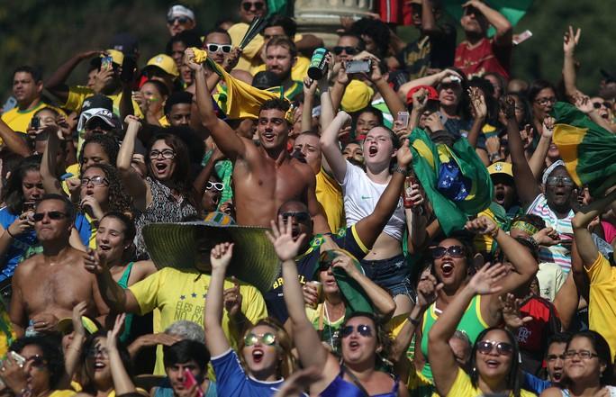 Brazil - Mexico 2-0: CĐV 2 đội đều khóc - Ảnh 8.
