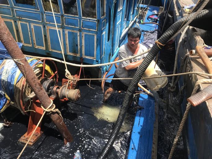 Chìm tàu cá đang neo đậu, khoảng 4.000 lít dầu tràn ra  sông - Ảnh 2.