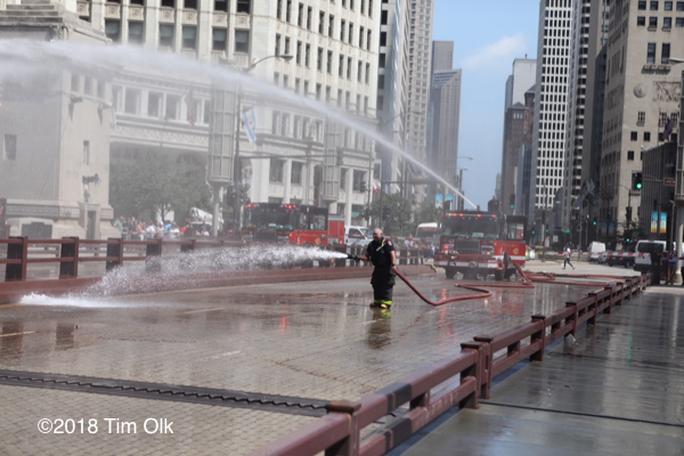 Mỹ: Nóng tới mức cứu hỏa phải phun nước cứu cầu thép - Ảnh 2.