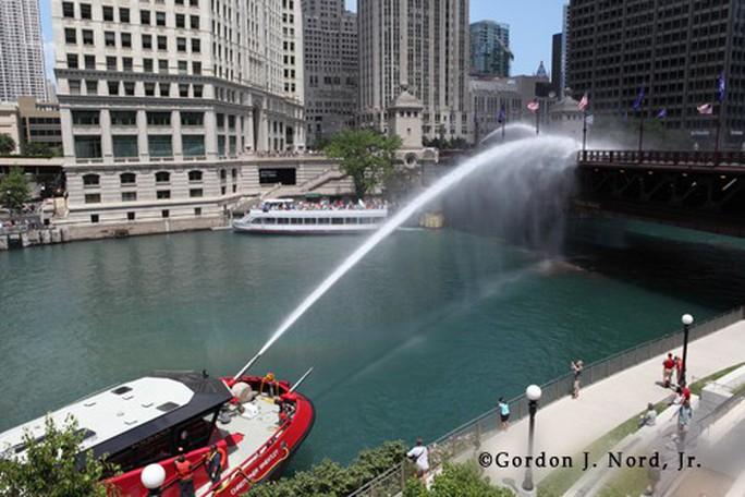Mỹ: Nóng tới mức cứu hỏa phải phun nước cứu cầu thép - Ảnh 1.