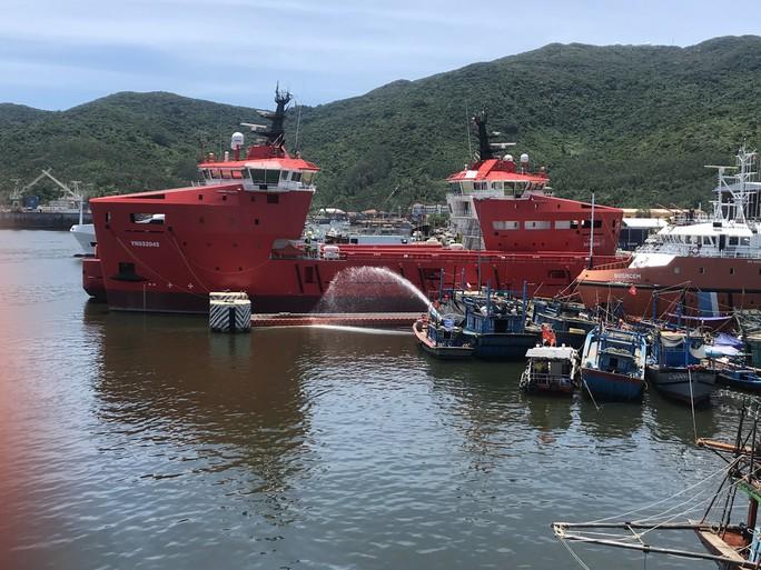 Chìm tàu cá đang neo đậu, khoảng 4.000 lít dầu tràn ra  sông - Ảnh 1.