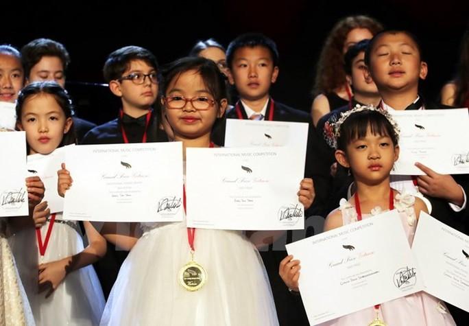 Bé gái Việt 7 tuổi giành giải nhất cuộc thi piano quốc tế ở New York - Ảnh 1.