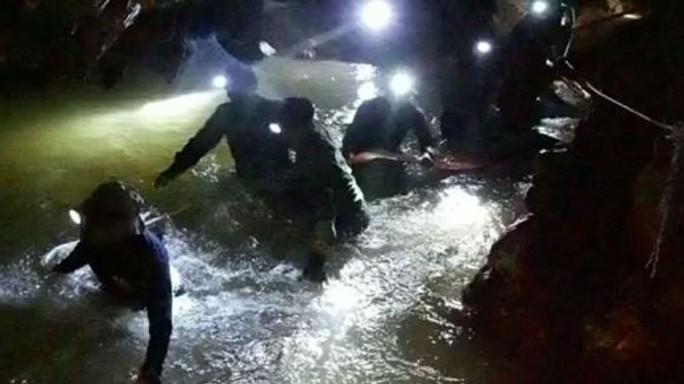 Tìm thấy các cậu bé mắc kẹt trong hang động Thái Lan - Ảnh 1.