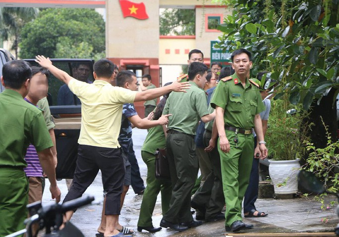 Cận cảnh khám nhà ông Vũ Trọng Lương trong vụ bê bối điểm thi Hà Giang - Ảnh 9.