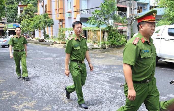 Cận cảnh khám nhà ông Vũ Trọng Lương trong vụ bê bối điểm thi Hà Giang - Ảnh 3.