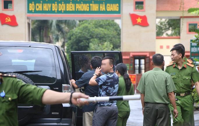 Cận cảnh khám nhà ông Vũ Trọng Lương trong vụ bê bối điểm thi Hà Giang - Ảnh 10.