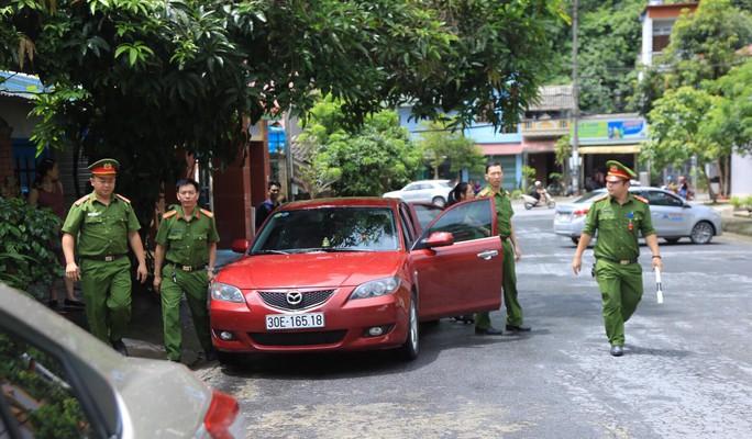 Cận cảnh khám nhà ông Vũ Trọng Lương trong vụ bê bối điểm thi Hà Giang - Ảnh 4.