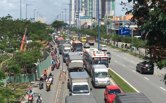 TP HCM: Sụp lún ở đường Võ Văn Kiệt, giao thông bị phong tỏa nhiều giờ - Ảnh 2.