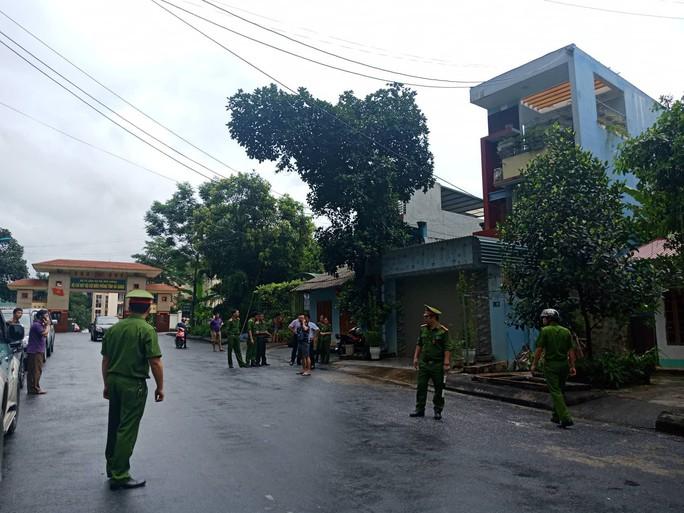 Cận cảnh khám nhà ông Vũ Trọng Lương trong vụ bê bối điểm thi Hà Giang - Ảnh 2.