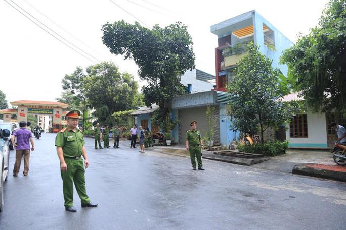 Cận cảnh khám nhà ông Vũ Trọng Lương trong vụ bê bối điểm thi Hà Giang - Ảnh 8.