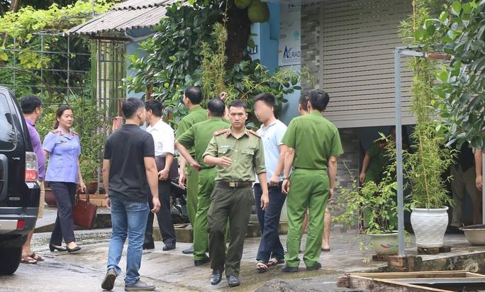 Cận cảnh khám nhà ông Vũ Trọng Lương trong vụ bê bối điểm thi Hà Giang - Ảnh 11.
