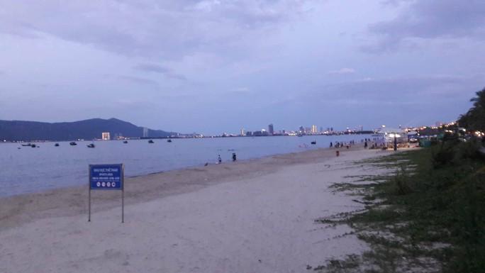 Tìm thấy bé gái người Lào đi lạc 2km trong lúc tắm biển Đà Nẵng - Ảnh 1.