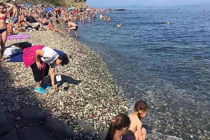 Bất chấp biển cấm, khách Trung Quốc lũ lượt nhặt sỏi quý tại bãi biển Nga - Ảnh 2.