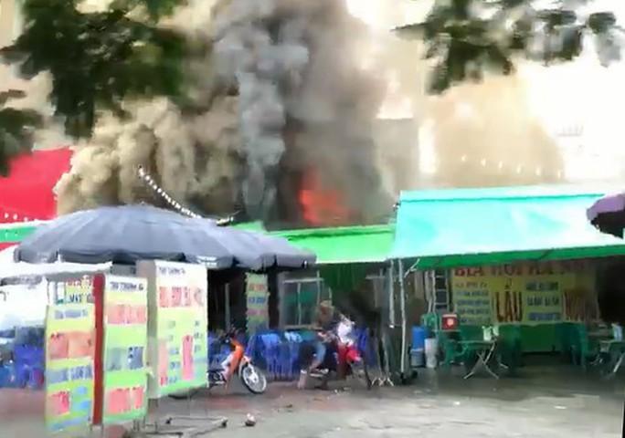 Cháy quán bia dưới trời mưa, 1 nữ nhân viên tử vong - Ảnh 1.