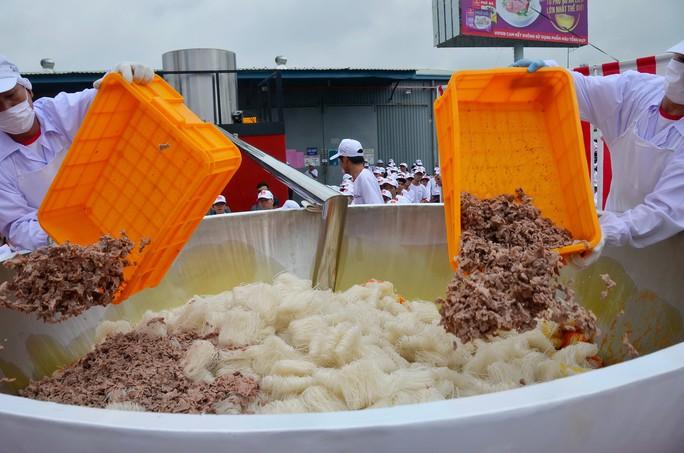 Tô phở hơn 1,3 tấn của Việt Nam lập kỷ lục thế giới - Ảnh 1.