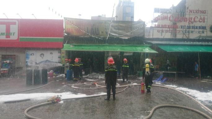 Cháy quán bia dưới trời mưa, 1 nữ nhân viên tử vong - Ảnh 2.