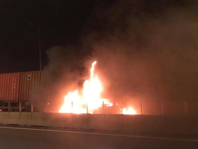 Hai xe tông nhau bốc cháy trên cao tốc, ít nhất 2 người chết - Ảnh 1.
