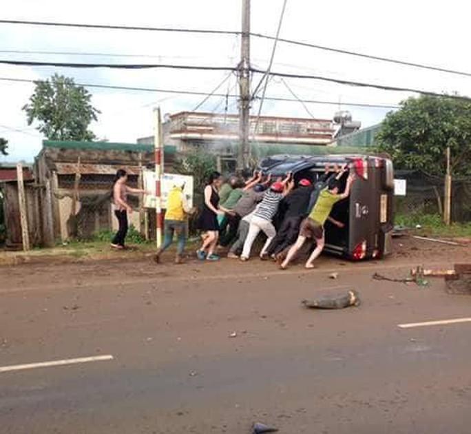 Xe bán tải gây tai nạn liên hoàn, 2 người tử vong - Ảnh 2.