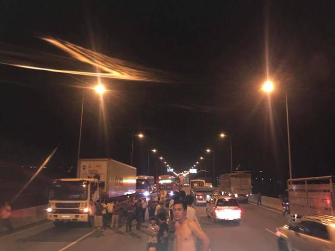Hai xe tông nhau bốc cháy trên cao tốc, ít nhất 2 người chết - Ảnh 3.