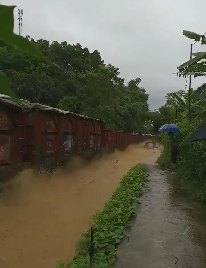 Sửng sốt ngỡ đoàn tàu hỏa lao vun vút trên sông - Ảnh 4.
